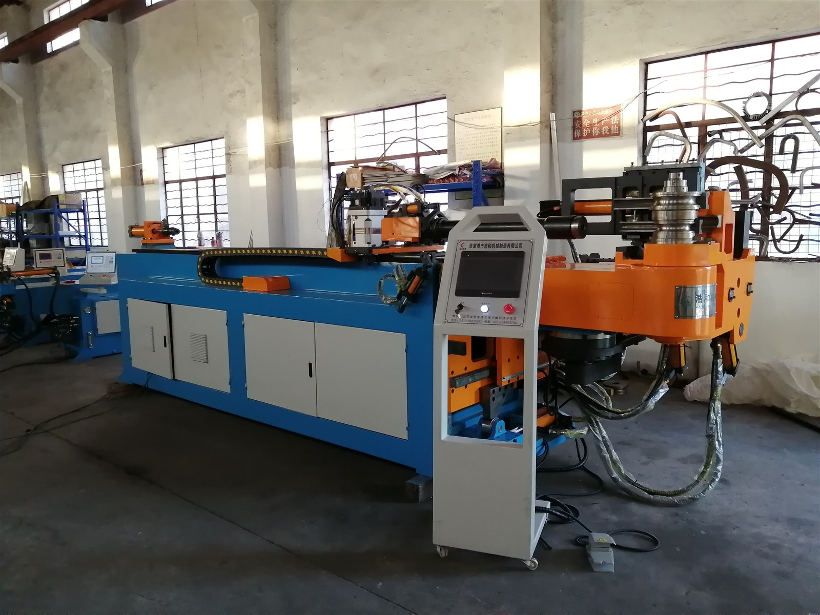 What are the functional characteristics of the hydraulic system of the pipe bender?